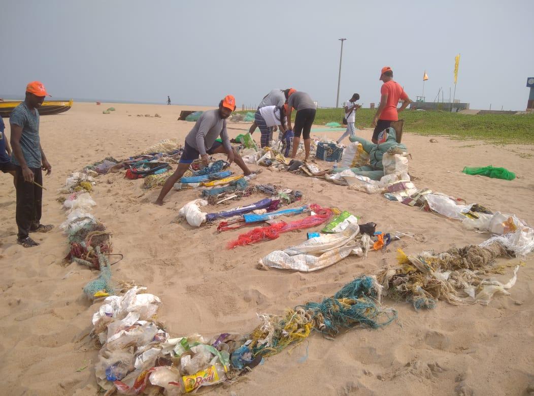 Los buzos eliminaron más de 1500 kg de desechos durante tres rondas de limpieza del 16 al 27 de septiembre en la playa Rushikonda, Visakhapatnam.  Foto cortesía de Platypus Escapes, Visakhapatnam.