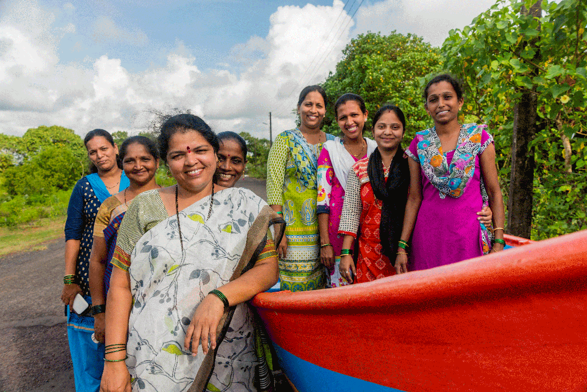 Shweta Hule (front) and other members of the Swamini Group near Mandavi Creek, Vengurla. Photo by Alisha Vasudev for UNDP-GEF Sindhudurg Project.