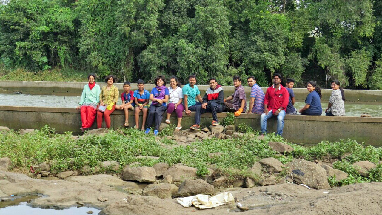 Volunteers of different age groups contribute to improving the condition of the urban rivers in Pune. Photo from Jeevitandi.