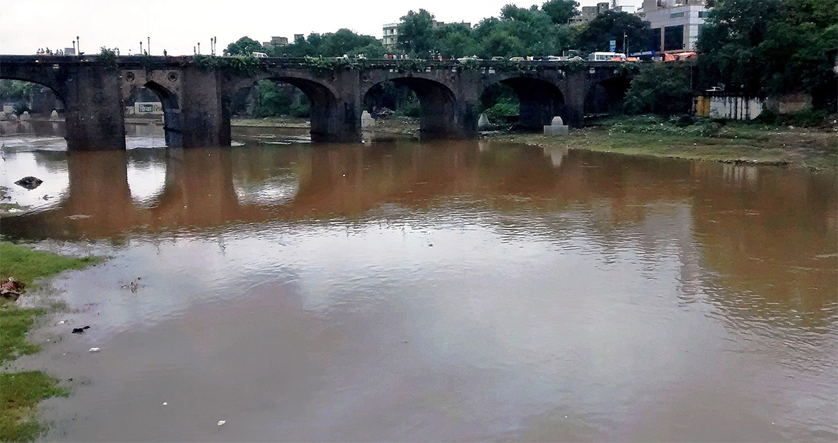 The Mutha river near Pune Municipal Corporation. Untreated sewage is the biggest cause of pollution in the Mutha river. Photo by Rsrikanth05/Wikimedia Commons.