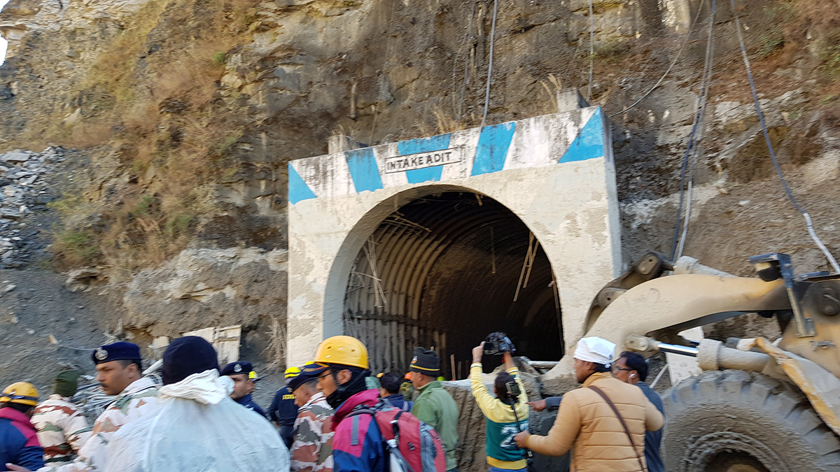 The Indian Army and other agencies at the NTPC site to rescue workers trapped in the tunnel. Photo by Hridayesh Joshi for Mongabay.