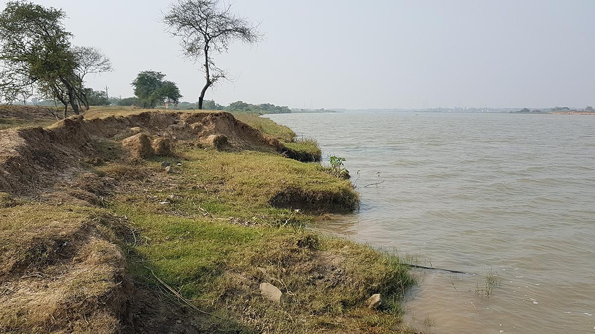 River erosion marks visible on the banks of Badakot village in Odisha. Photo by Manish Kumar.
