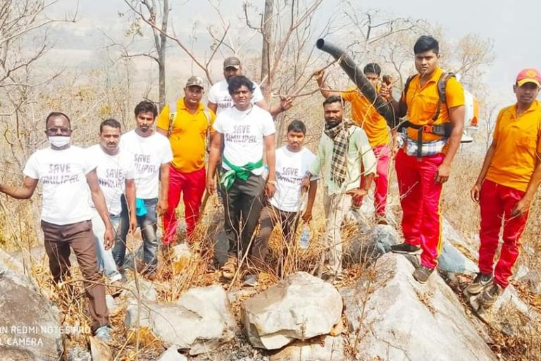 Volunteers, community members and fire fighters doused one of the wildfires at Kaliani village. Photo by Manoj Dehury.