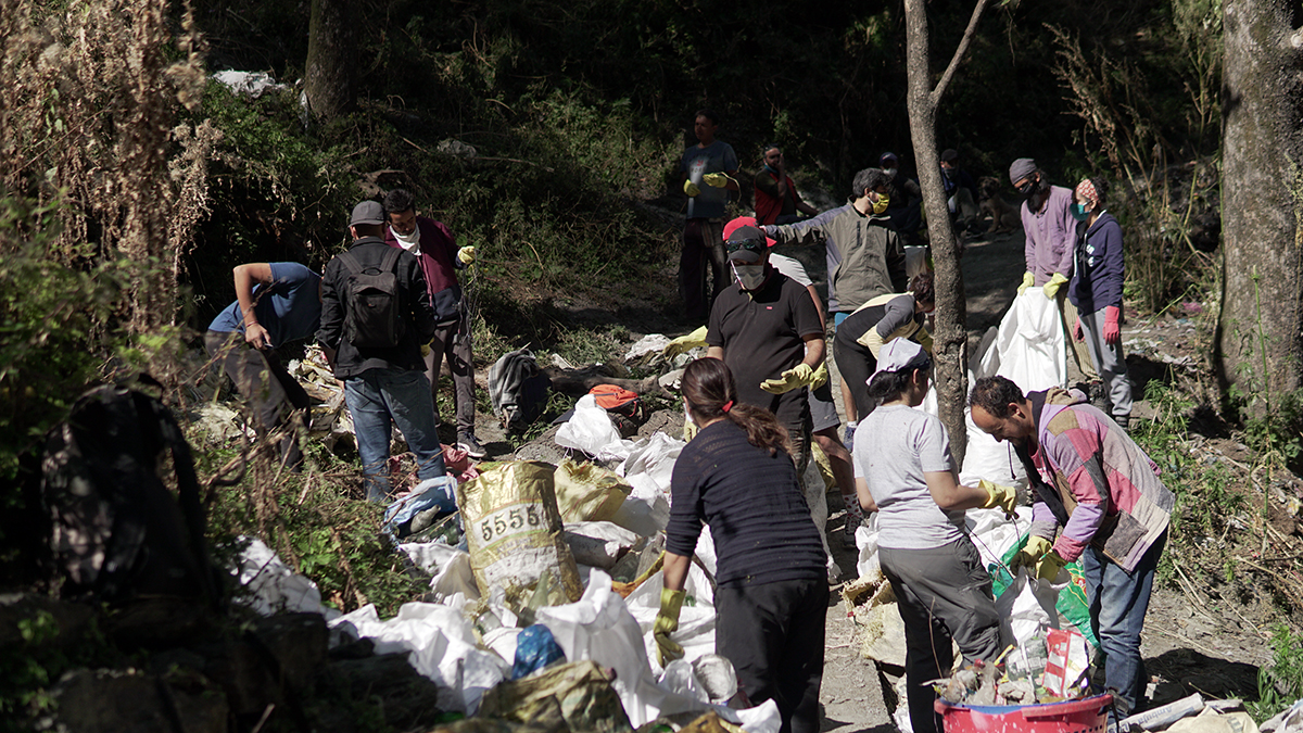 A clean-up drive in Shimla. Increasing tourism and irresponsible disposal of plastic waste are threats to wetlands. Photo from Healing Himalayas.