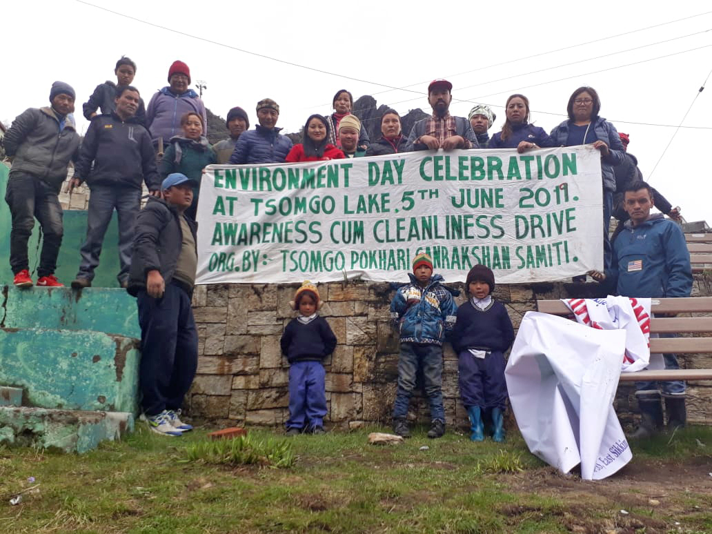 Volunteers during a drive to clean the Tsomgo Lake. TPSS was the first committee formed with the help of local communities after a push from the Sikkim government to curb wetland pollution. Photo from TPSS.