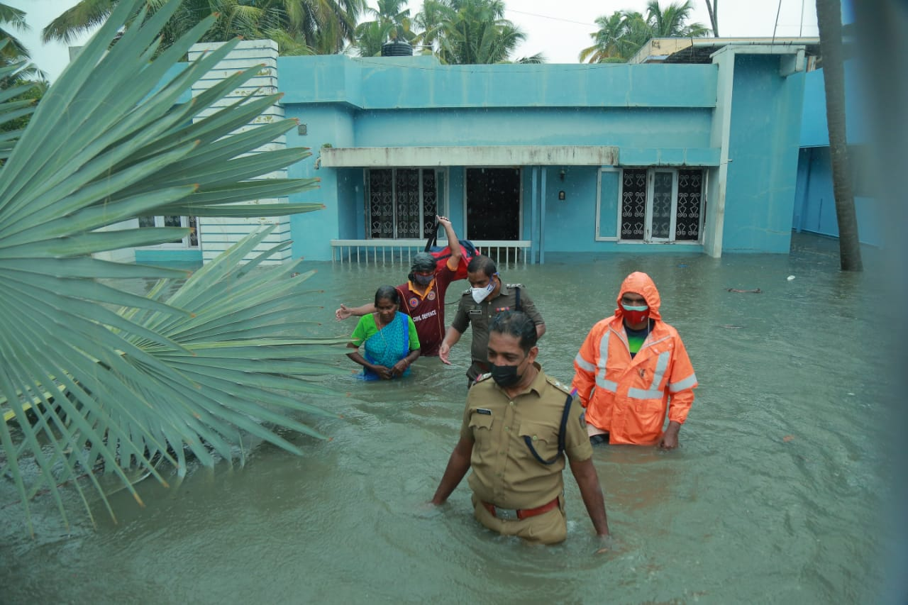 Rescue workers in action at Vypeen near Kochi in Kerala. Photo by K A Shaji.