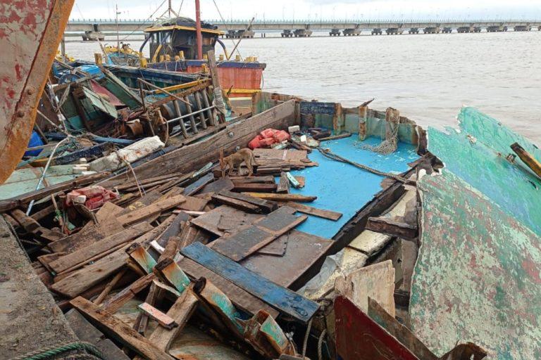 Damaged boats in Diu. Photo by Sunil Vaishya.