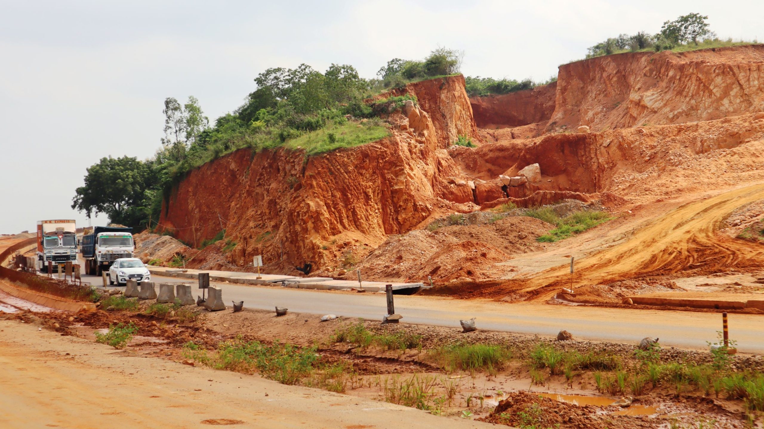 An active stone quarry near the national highway without any barricading or distance. Photo by Manish Kumar.