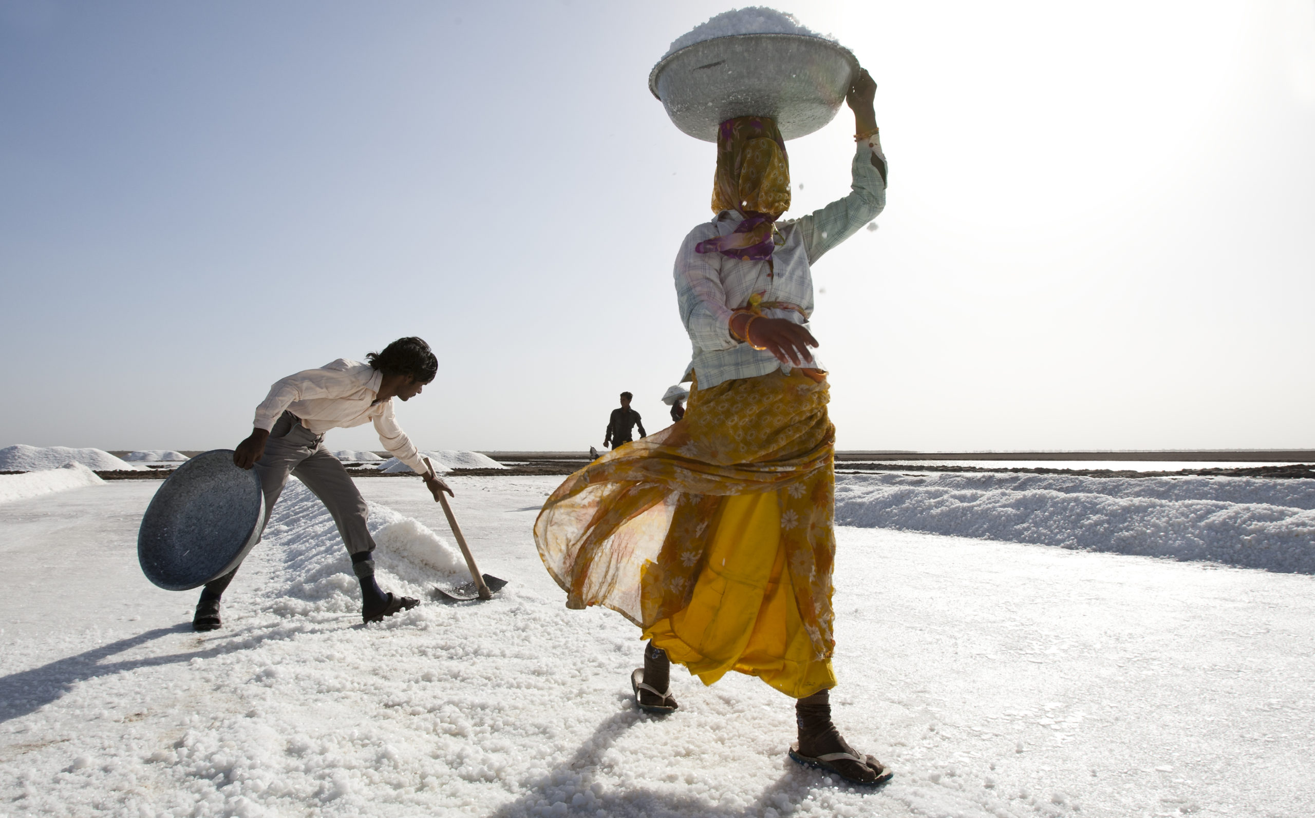An Agariya woman transferring salt. Photo by Dhvanit Pandya/AHRM.