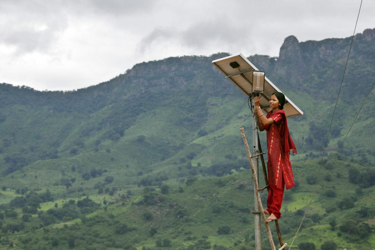 गांव में सोलर लाइट की मरम्मत करती ग्रामीण लड़की। फोटो- अबी टायलर- स्मिथ पानोस पिक्चर्स डिपार्टमेंट फॉर इंटरनेशनल डेलवपमेंट फ्लिकर