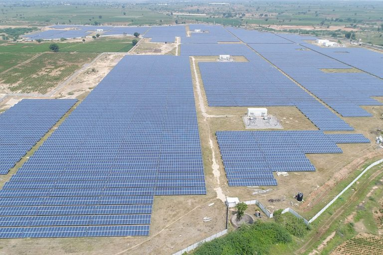 भारत के राज्य तेलंगाना में बना सौर ऊर्जा का प्लांट। फोटो- थॉमस लॉयड ग्रुप/विकिमीडिया कॉमन्स