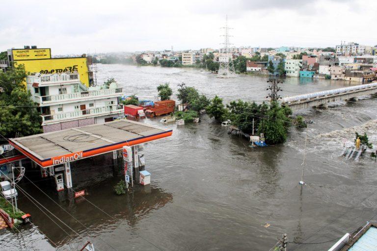 बाढ़ का पानी मुसरंबाग में इस तरह घुस आया था। फोटो- सुमंत आर
