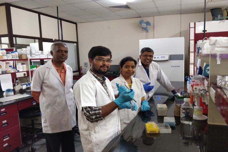 हैदराबाद विश्वविद्यालय की डेंगू पर शोध करने वाली टीम। बाएं से दाएं- मस्तुरी वेंकटरमना, फरीद मोहम्मद, उशोदया मट्टम और नरेश बाबू वी.. सेपुरी। फोटो- हैदराबाद विश्वविद्यालय