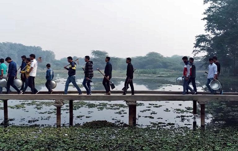रामवीर तंवर के सहयोगी सूरजपुर के तालाब को साफ करने निकले हैं। फोटो- रामवीर तंवर