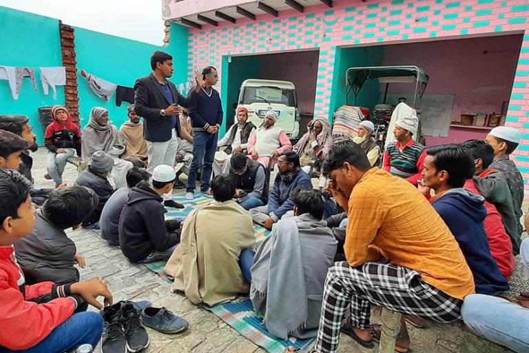 मीरपुर गांव में ग्रामीणों को जागरूक करते रामवीर। फोटो- रामवीर तंवर