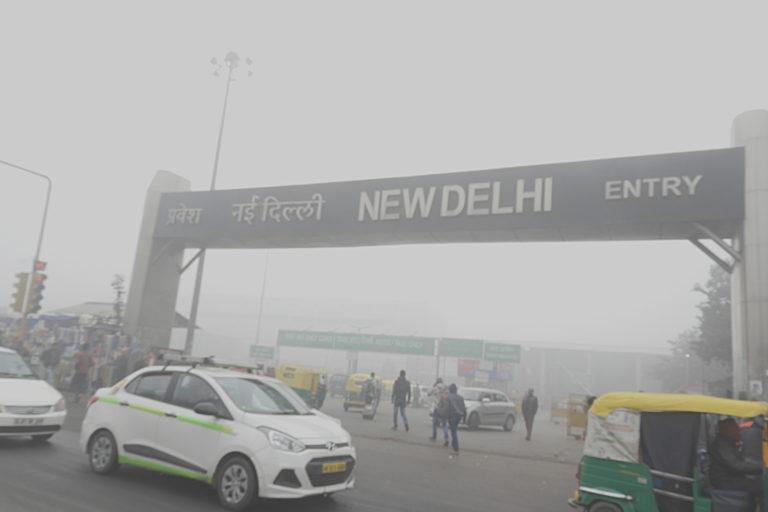 2.यह तस्वीर 2017 में दिल्ली रेलवे स्टेशन के पास ली गई थी। इस साल दिल्ली में ठंड में हवा की गुनवत्ता काफी कम हो गई थी। फोटो- सुमिता रॉय दत्ता/विकिमीडिया कॉमन्स