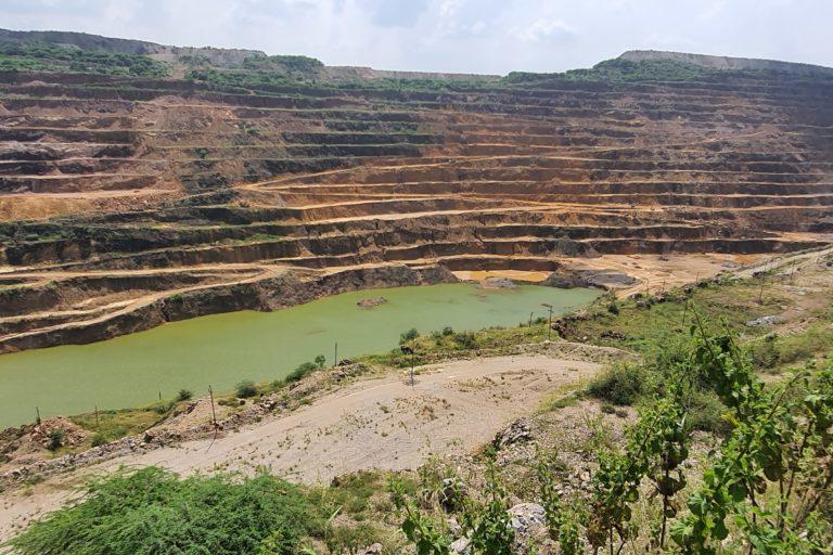 झामरकोटरा के इस खदान से फॉस्फेट निकाला जाता है। इसकी वजह से ग्रामीणों की जिंदगी तबाह हो गई है। फोटो- सोहैल खान