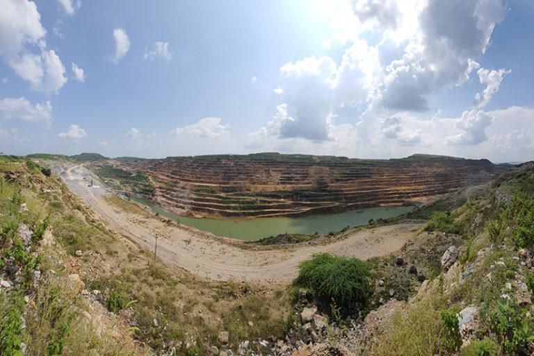 झामरकोटरा का खदान स्थानीय पारिस्थितिकी तंत्र और हरियाली को भी नुकसान पहुंचा रहा है। फोटो- सोहैल खान