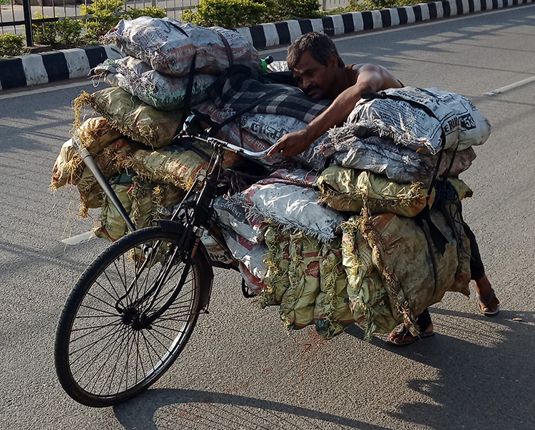 रामगढ़ के स्थानीय मजदूर साइकल पर कोयले की खेप लेकर शहर बेचने जा रहे हैं। फोटो- श्रेष्ठा बैनर्जी/आईफॉरेैस्ट