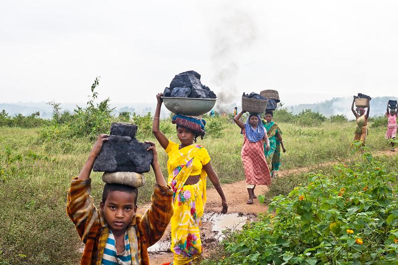 झारखंड के कई शहर और गांव कोयला पर आधारित हैं। ग्रामीण को खदानों से रोजगार मिलता है पर आमदनी काफी कम होती है। फोटो- इंटरनेशनल अकाउंटबिलिटी प्रोजेक्ट