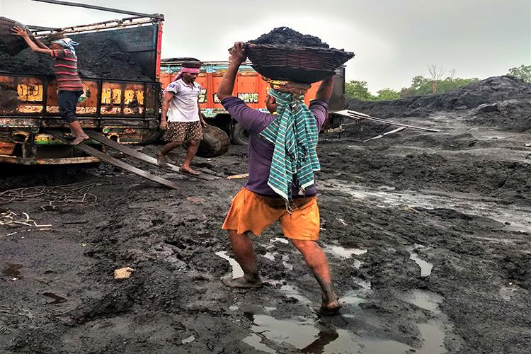 कोयला खदान से कोयला निकालता मजदूर। खनन वाले इलाके में इस तरह की अस्थाई मजदूरी पर लोग निर्भर करते हैं। फोटो- आई फॉरेस्ट