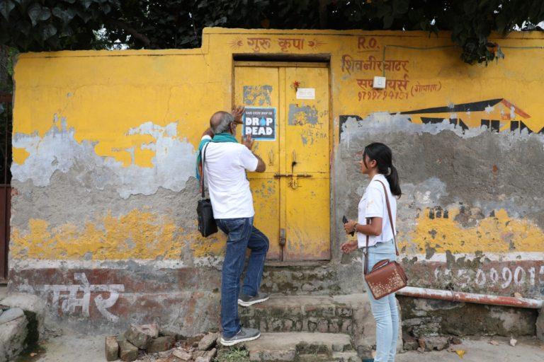 रविवार को नल ठीक करने के अलावा आबिद घरों के सामने पानी बचाने का संदेश देने वाले पोस्टर भी लगाते हैं। फोटो- आबिद सूरती/फेसबुक