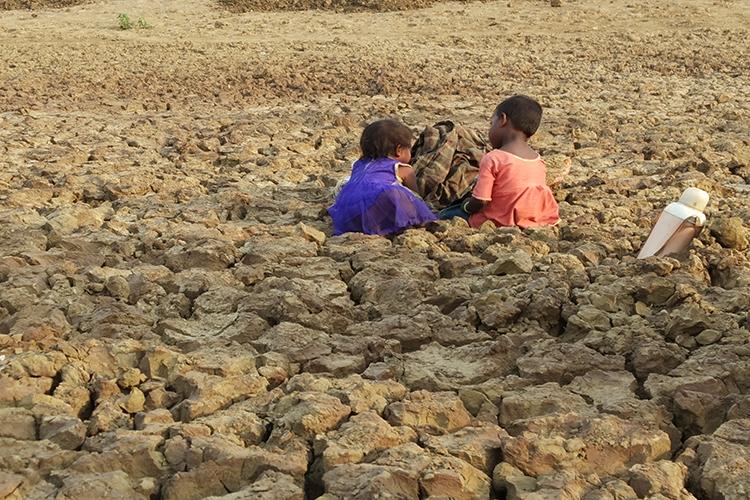 सतना के मझगवां तहसील में सूखा हर साल की समस्या है। यहां के कई तालाब सूखकर मैदान में तब्दील हो जाते हैं। फोटो- मनीष चन्द्र मिश्र/मोंगाबे हिन्दी