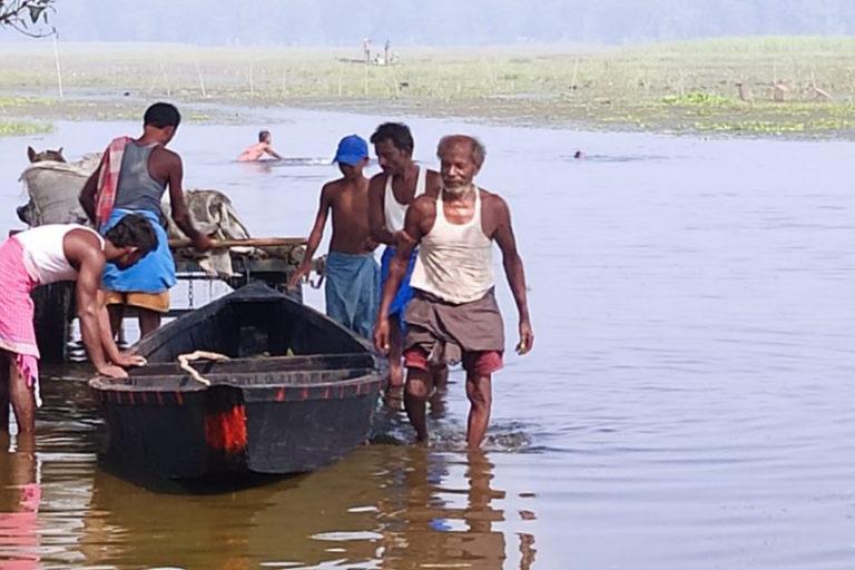 कावर झील के आसपास रहने वाले मछुआरों के लिए यह आजीविका का साधन है। फोटो- समीर वर्मा