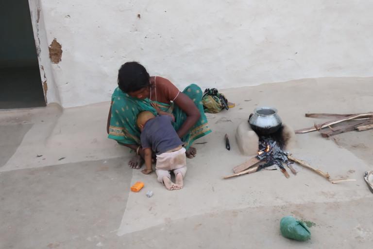 यह तस्वीर पन्ना जिले के आदिवासी गांव मानस सागर की है। आंकड़ों के अनुसार प्रत्येक राज्य में स्वच्छ ईंधन के इस्तेमाल में मात्र 15 फीसदी की ही बढ़ोत्तरी हुई है। यानी एक बड़ी आबादी साफ इंधन का इस्तेमाल नहीं कर रही है। फोटो- मनीष चंद्र मिश्र/मोंगाबे-हिन्दी
