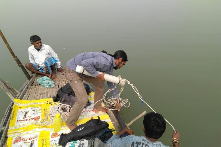 गंगा नदी में पानी की गुणवत्ता जांचते शोधकर्ता। तस्वीर- मायुख डे