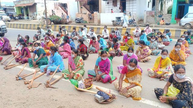 खनन प्रभावितक्षेत्र में प्रदर्शन करतीं महिलायें