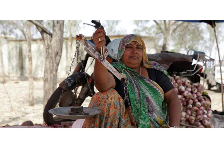 मध्यप्रदेश के झाबुआ जिले का एक ग्रामीण हाट। ऐसे हाट किसानों को अपनी उपज बेचने में मददगार हैं। तस्वीर- श्रीकांत चौधरी
