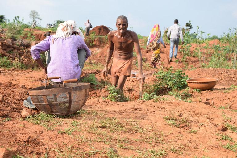 मिट्टी के सने कंकड़ों को धोने के बाद खदान मजदूर का शरीर मिट्टी से सराबोर हो जाता है। वर्षों कठिन परिश्रम के बाद भी हीरा कुछ भाग्यशाली लोगों को ही मिलता है। तस्वीर- मनीष चंद्र मिश्र/मोंगाबे-हिन्दी