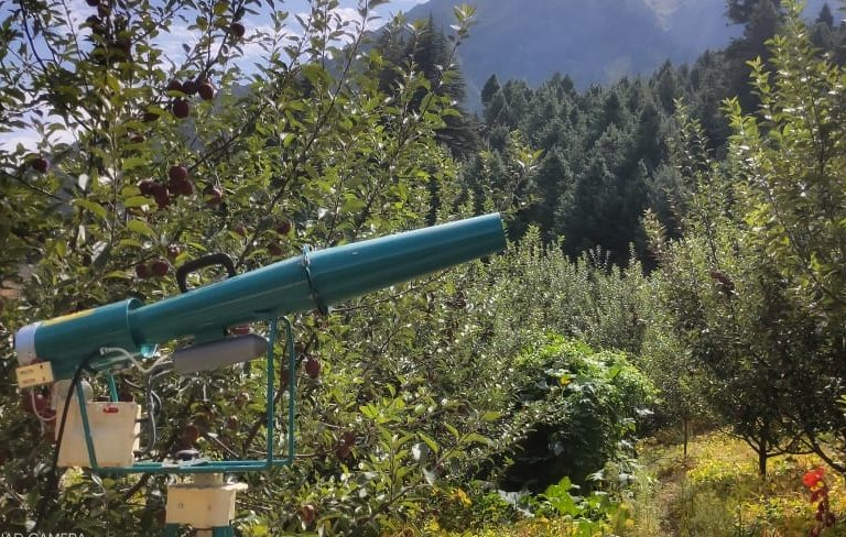 उत्तरकाशी के धराली गांव स्थित सेब का बगीचा। यहां इस स्प्रे मशीन से पौैधों पर कीटनाशक का छिड़काव किया जाता है। तस्वीर-सचेंद्र पंवार