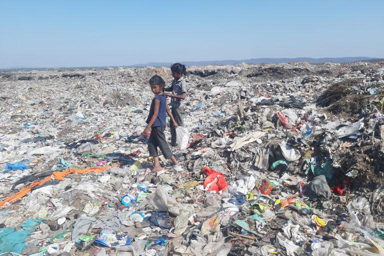 जयपुर के कचरे में से बिकने लायक कचरा खोजते बच्चे। स्थानीय लोग इस कचरे की वजह से गंभीर बीमारियों के शिकार हो रहे हैं। तस्वीर- माधव शर्मा
