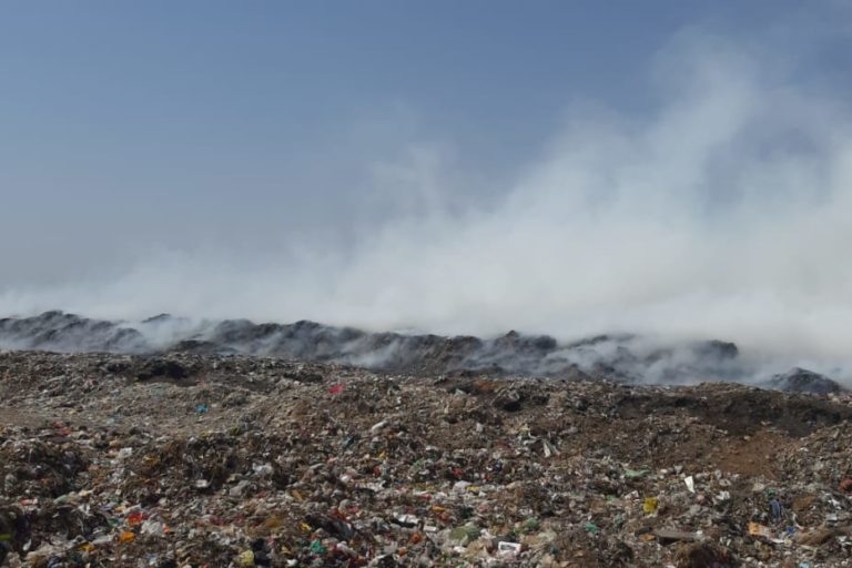 गर्मी के दिनों में इस तरह सेवापुरा डंपयार्ड में आग से धुंआ उड़ता है। तस्वीर- माधव शर्मा