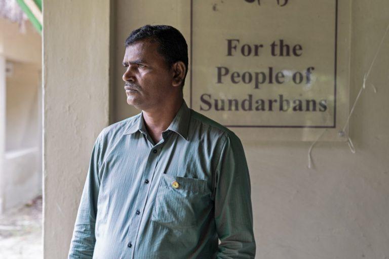 गांव में रोजगार के अवसर न होने की वजह से अनिल मिस्त्री जैसे लोग शिकार की राह पर चल पड़ते हैं। अनिल ने एक घटना से प्रभावित होकर शिकार के बजाए संरक्षण का रास्ता चुना। एक संस्था की स्थापना की और लोगों को इससे जोड़ने के प्रयास में लग गए। तस्वीर- कार्तिक चंद्रमौली/मोंगाबे