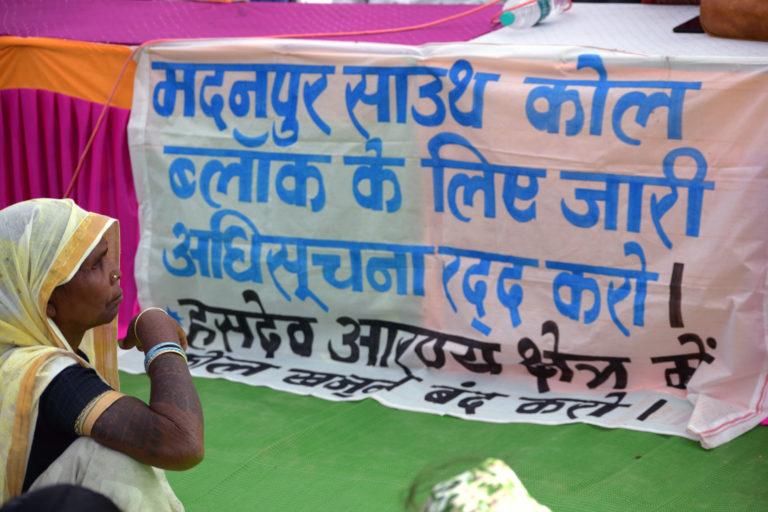 मदनपुर कोयला खदान के इलाके के आदिवासी खदान का आवंटन रद्द करने के लिए विरोध कर रहे हैं। तस्वीर- आलोक प्रकाश पुतुल