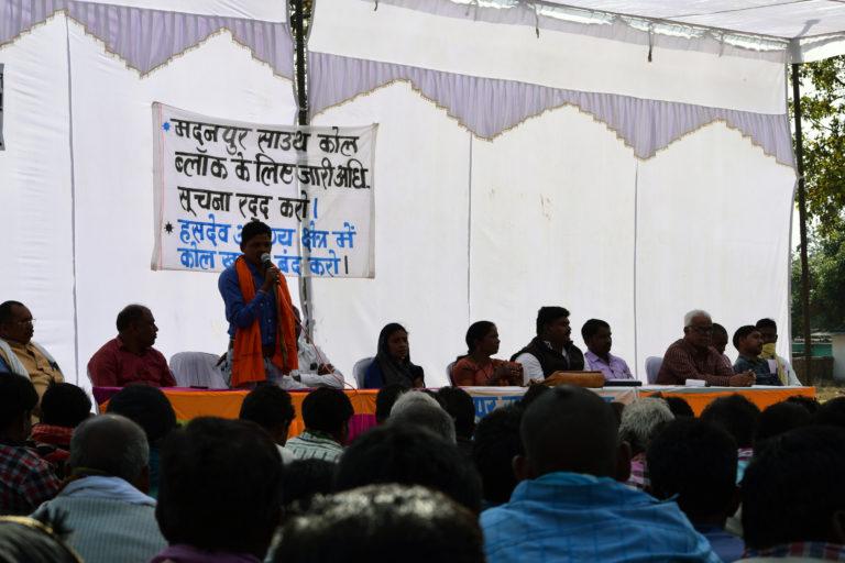 मदनपुर में कोयला खदान के खिलाफ लंबे समय से विरोध प्रदर्शन हो रहे हैं। अब ग्रामीण मदनपुर से राजधानी रायपुर तक, 270 किलोमीटर पदयात्रा की तैयारी कर रहे हैं। तस्वीरः आलोक प्रकाश पुतुल