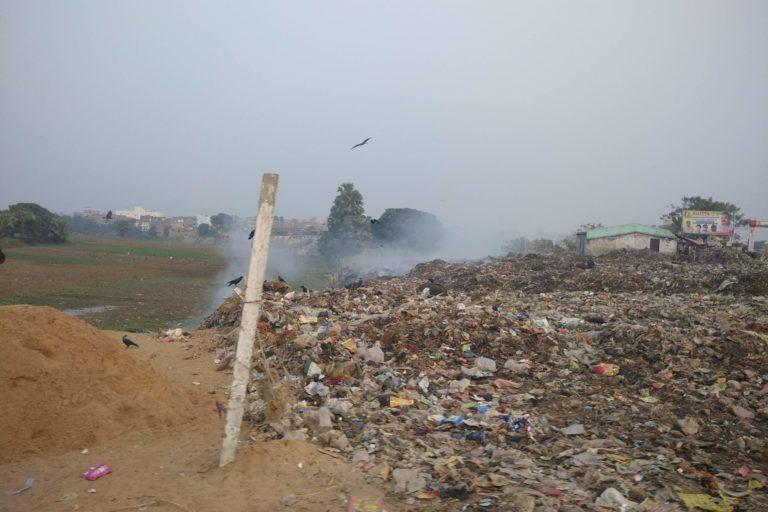 बिहार में खुले में कचरा जलाने का चलन काफी सामान्य है। तस्वीर- रोहिण कुमार