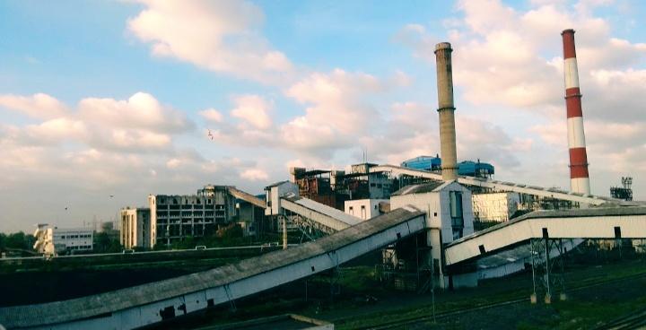 बिहार के भीतर कोयले से चलने वाले कई संयंत्र हैं जिससे भारी मात्रा में प्रदूषण फैलता है। यह संयंत्र बिहार के बरौनी में स्थित है। तस्वीर- होमअपलोड/विकिमीडिया