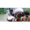 बिहार में हर साल बाढ़ के रूप में प्राकृतिक आपदा लोगों का जनजीवन प्रभावित करती है। तस्वीर में मौजूद लोग कोसी नदी में आई बाढ़ की वजह से सुरक्षित स्थान पर जा रहे हैं। तस्वीर- चंदन सिंह/फ्लिकर