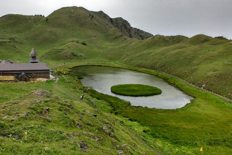 हिमाचल प्रदेश का पाराशर ऋषि झील धार्मिक महत्व का स्थान होने के साथ-साथ बेहद खूबसूरत भी है। हिमाचल प्रदेश में ऐसे सैकड़ों झील हैं जहां हर साल लाखों पर्यटक आते हैं। तस्वीर- पूनी/विकिमीडिया कॉमन्स