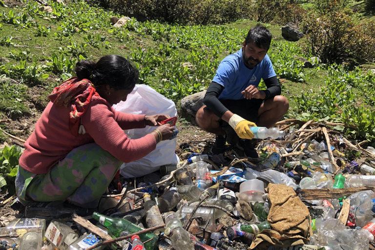 प्रदीप सांगवान स्थानीय लोगों के साथ झीलों की सफाई करते हैं। इसके अलावा पहाड़ी रास्तों पर भी उनका समूह ऐसे अभियान चलाता है। तस्वीर- हीलिंग हिमालय
