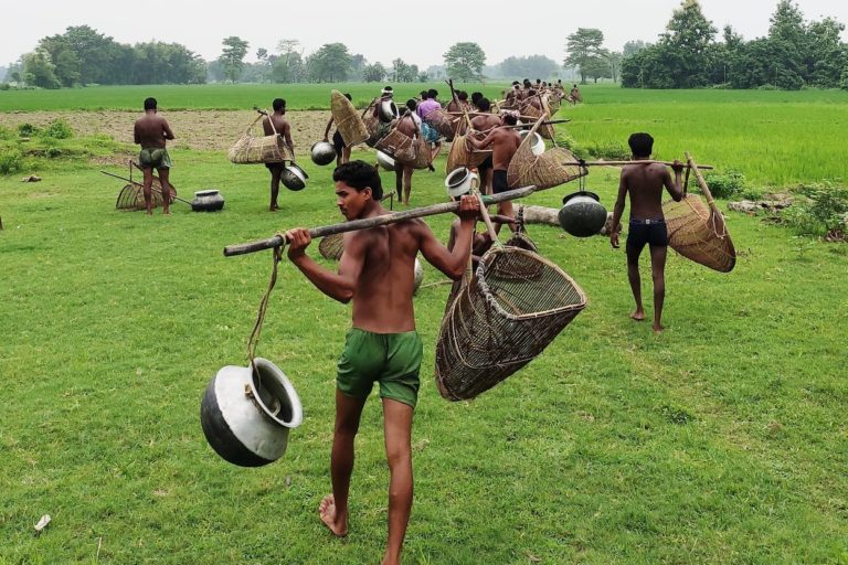 मखाना की फसल निकालने के लिए पानी में इस तरह उतरना होता है। घंटों पानी में खड़े रहकर एक-एक पौधे की जड़ से मखाना इकट्ठा किया जाता है। जलवायु परिवर्तन के दौर में बिहार के मखाना किसान लागत से दोगुनी आमदनी लेने में सफल हो रहे हैं। तस्वीर- चिन्मयानंद सिंह