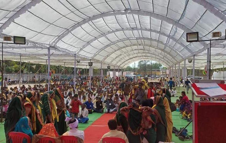 छत्तीसगढ़ के कबीरधाम जिले में हुए गोंड महासम्मेलन में समाज के प्रतिनिधियों ने शव को न जलाने का फैसला लिया। तस्वीर- सर्व आदिवासी समाज, छत्तीसगढ़/फेसबुक
