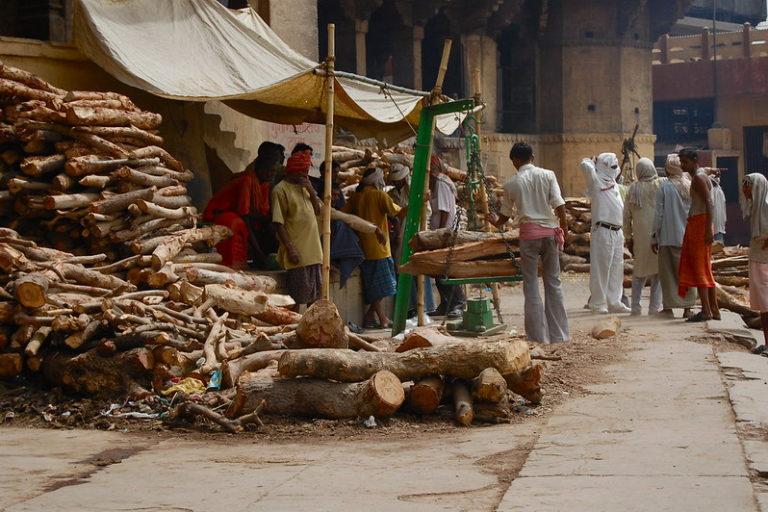शव को जलाने में 500 किलो तक लकड़ी का इस्तेमाल होता है। एक अनुमान के मुताबिक शव जलाने के लिए सालभर में 6 करोड़ से अधिक पेड़ कटते हैं। तस्वीर- सतीश कृष्णामूर्ती/फ्लिकर
