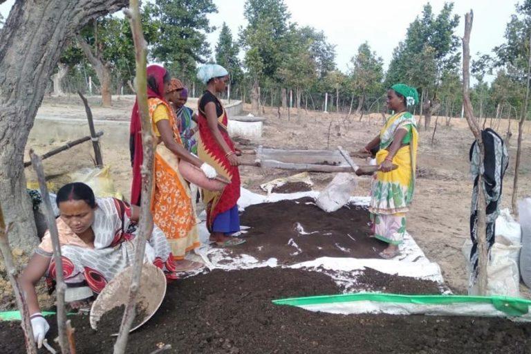 कोरबा जिले में महिलाएं खाद तैयार कर रही हैं। तस्वीर- डीपीआर छत्तीसगढ़