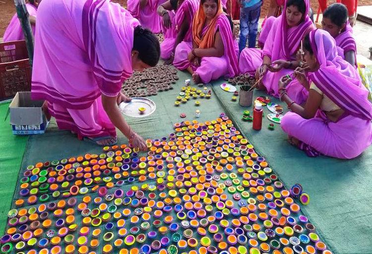 खाद के अलावा राखी, दिवाली के दीप, गमले भी बनाए जाते हैं। स्व-सहायता समूह से जुड़ी महिलाओं को इस काम के लिए जोड़ा गया है। तस्वीर- डीपीआर छत्तीसगढ़