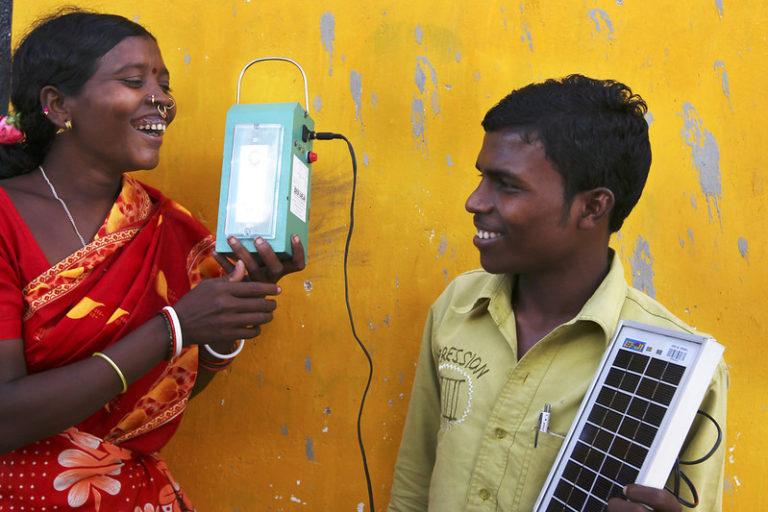 भारत में सौर ऊर्जा ने कई गांव रोशन किए हैं। यहां कई संस्थाएं ग्रामीण इलाकों में लोगों को प्रशिक्षण देकर सोलर लैंप बनाने का तरीका सिखाया। तस्वीर- अंतर्राष्ट्रीय विकास विभाग (डीएफआईडी), यूके/फ्लिकर
